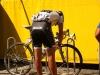 22 Cancellara aggiusta la bici di Schleck